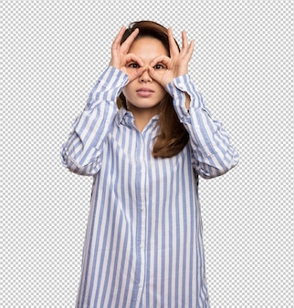 Mulher chinesa fazendo gesto de óculos