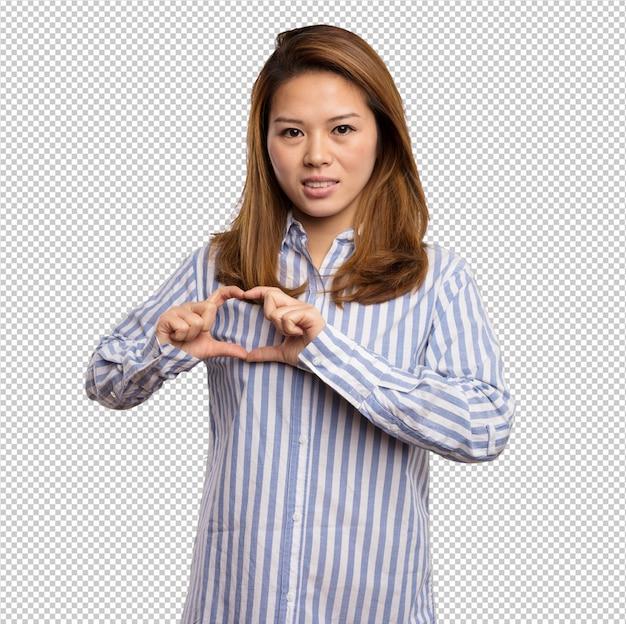 Mulher chinesa fazendo o símbolo do coração com os dedos