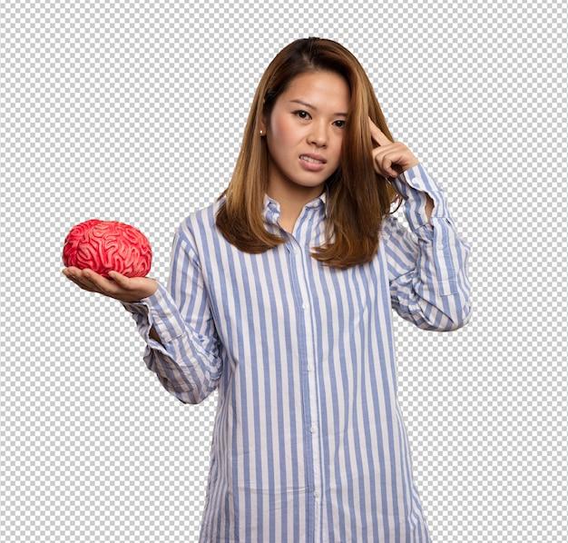 Mulher chinesa segurando um cérebro