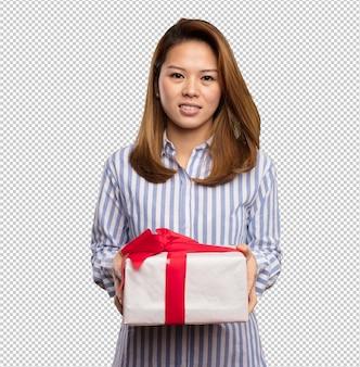 Mulher chinesa segurando um presente
