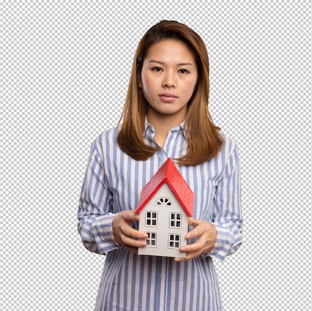 Mulher chinesa segurando uma pequena casa