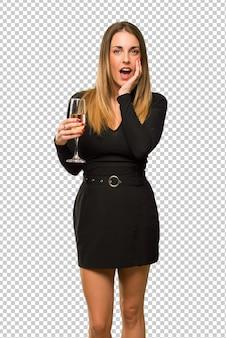 Mulher, com, champanhe, celebrando, ano novo, 2019, surpreendido, e, chocado, enquanto, olhar, direita
