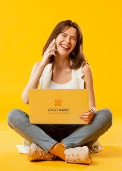 Mulher com maquete de laptop
