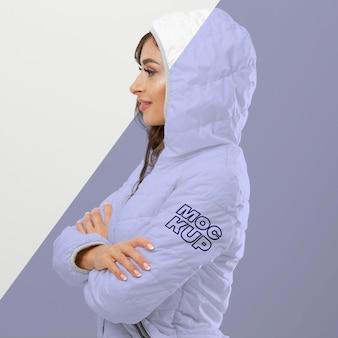 Mulher com maquete de roupas de inverno