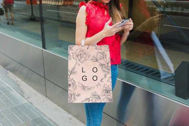 Mulher com maquete de sacola de compras
