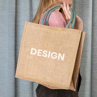 Mulher com maquete de sacola