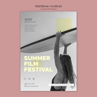 Mulher com modelo de cartaz do festival de cinema de verão prancha de surf