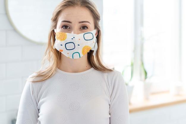 Mulher com modelo de conceito de máscara médica