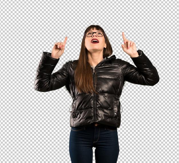 Mulher com óculos apontando para cima e surpreso