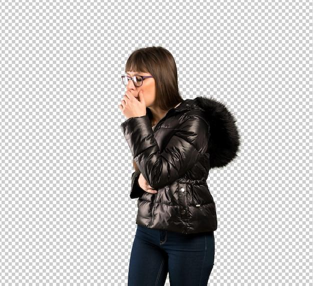 Mulher com óculos está sofrendo com tosse e se sentindo mal