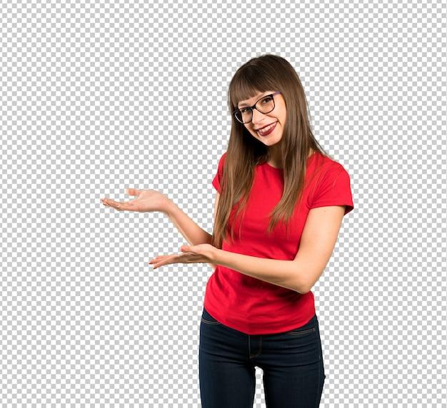 Mulher com óculos, estendendo as mãos para o lado para convidar para vir