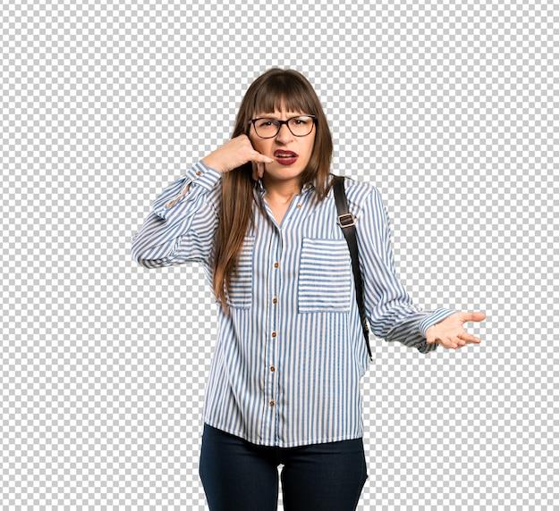 Mulher com óculos fazendo gesto de telefone e duvidando