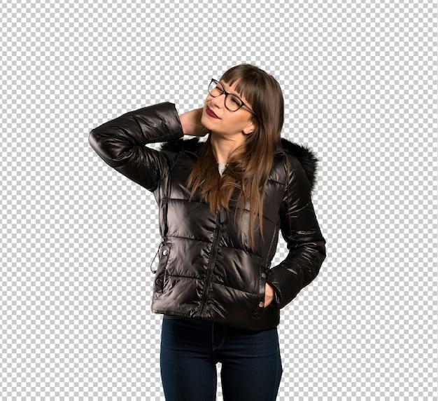 Mulher com óculos pensando uma idéia enquanto coçando a cabeça