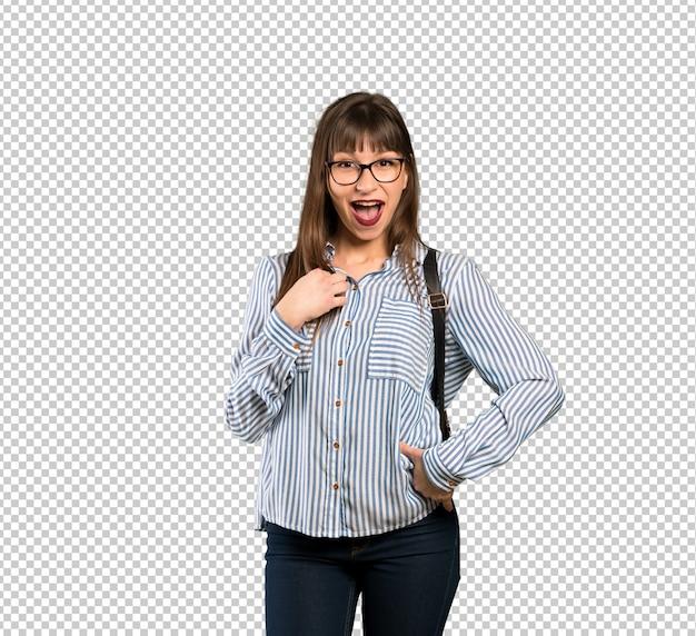 Mulher com óculos surpreso e chocado ao olhar para a direita