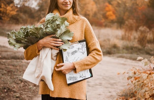 Mulher, com, prancheta, mockup, e, flores