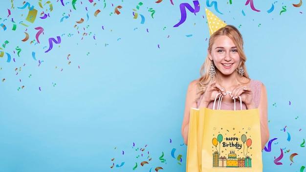 Mulher com saco de presente de aniversário