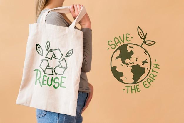 Mulher com sacola reutilizável