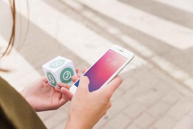 Mulher, com, smartphone, e, whatsapp, cubo