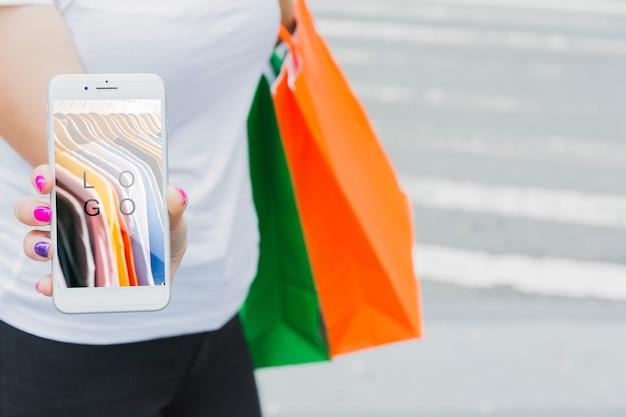 Mulher, com, smartphone, mockup, e, bolsas para compras