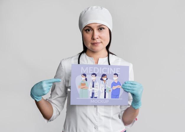 Mulher com tiro médio segurando banner de remédio