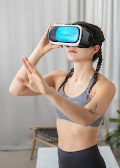 Mulher com tiro médio usando óculos vr dentro