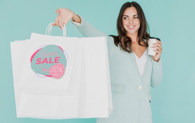 Mulher com vários sacos de compras