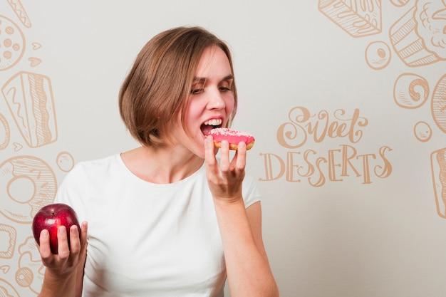 Mulher, comer, um, donut, e, um, maçã