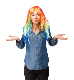 Mulher confusa com a peruca colorida