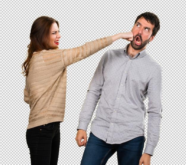 Mulher dando um soco em um homem