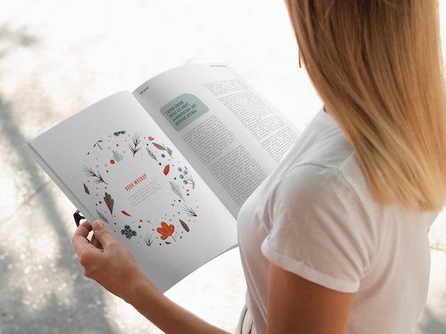 Mulher de alto ângulo, lendo uma revista simulada