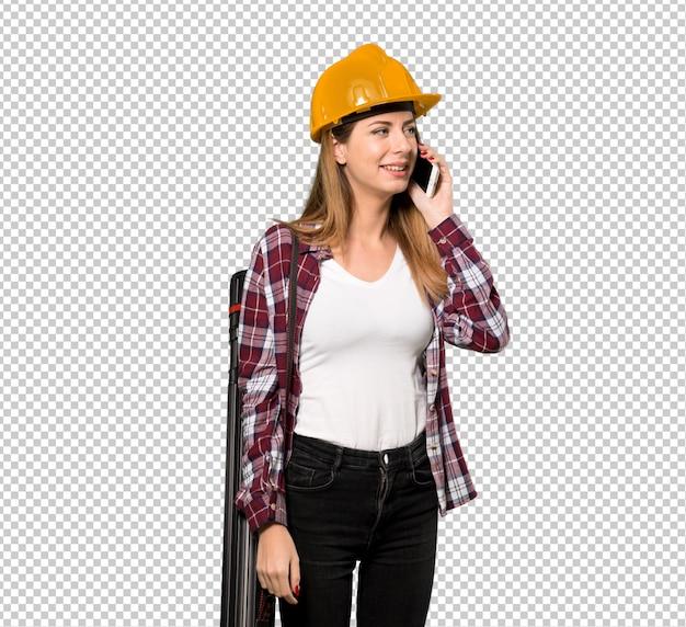Mulher de arquiteto, mantendo uma conversa com o telefone móvel