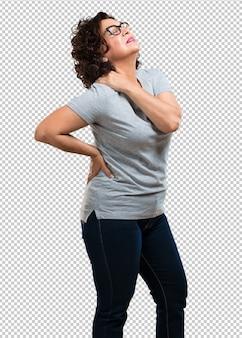 Mulher de meia idade com dor nas costas devido ao estresse no trabalho