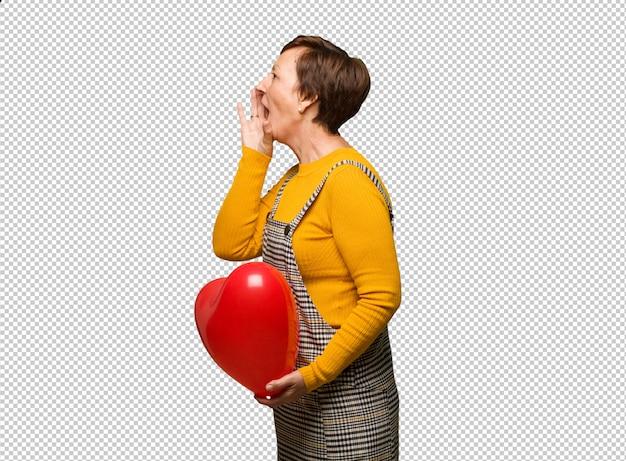 Mulher de meia idade comemorando o dia dos namorados sussurrando tom de fofoca
