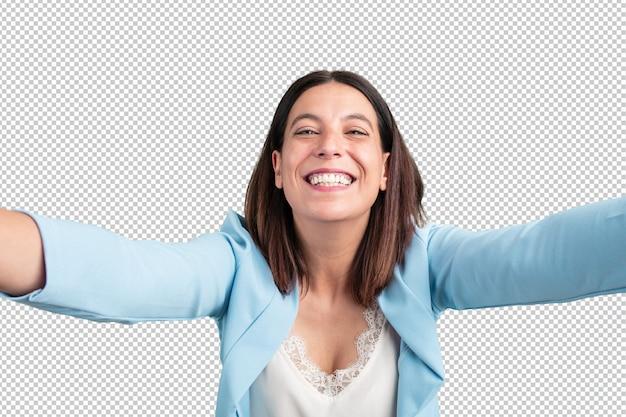 Mulher de meia idade, sorrindo e feliz, tirando uma selfie, animado por suas férias ou por um evento importante, expressão alegre