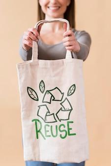 Mulher de mock-up com saco reutilizável