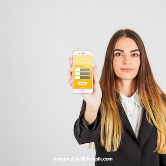 Mulher de negócio bonita mostrando smartphone