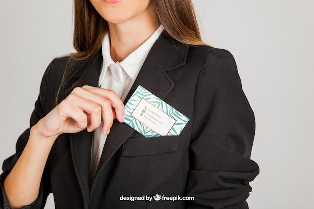 Mulher de negócio que coloca o cartão de visita no bolso Psd grátis