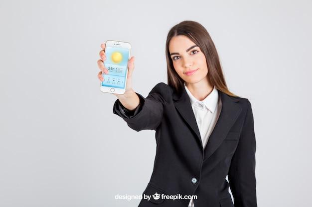 Mulher de negócio que mostra seu smartphone