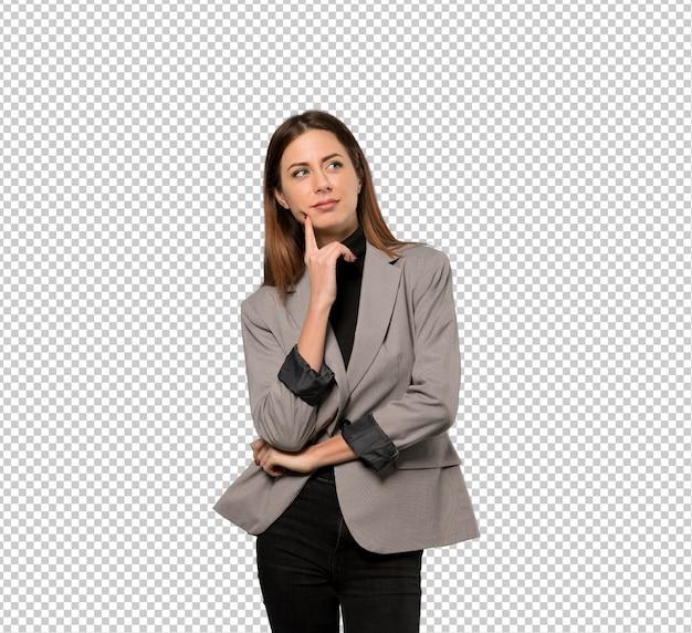 Mulher de negócio que pensa uma ideia ao olhar acima