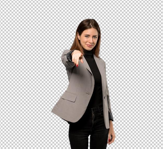 Mulher de negócios aponta o dedo para você com uma expressão confiante