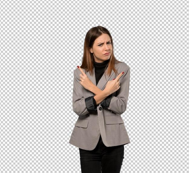 Mulher de negócios, apontando para as laterais com dúvidas