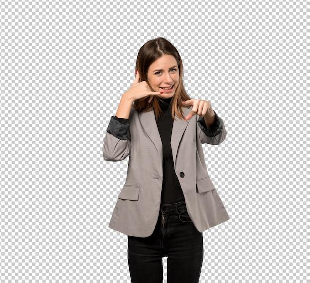Mulher de negócios, fazendo gesto de telefone e apontando a frente