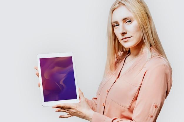 Mulher de negócios feliz com um tablet digital