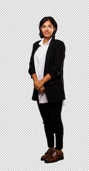 Mulher de negócios latino em pé
