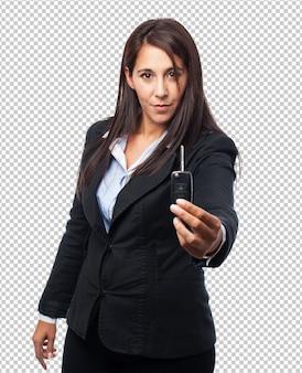 Mulher de negócios legal com carro de controle remoto