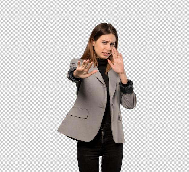 Mulher de negócios, nervosa e assustada, esticando as mãos para a frente