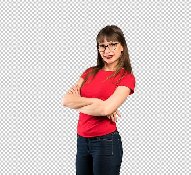 Mulher de óculos com os braços cruzados e olhando para a frente