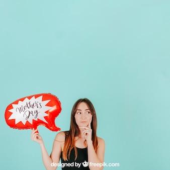 Mulher de pensamento com maquete de balão de fala