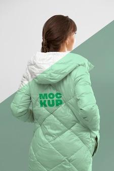 Mulher de tiro médio apresentando jaqueta