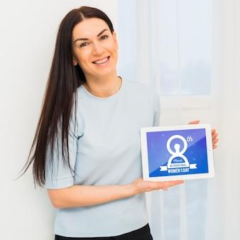 Mulher de tiro médio com maquete do tablet